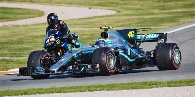 Foto a video: Hamilton a Rossi si prohodili stroje  | Foto: Monster Energy
