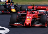 V Británii vyhrál Hamilton. Ostrou bitvu red bullů a ferrari ukončila kolize Vettela a Verstappena