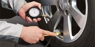 Tlak v pneumatikách: Jak často jej kontrolovat? A vyplatí se plnění dusíkem?